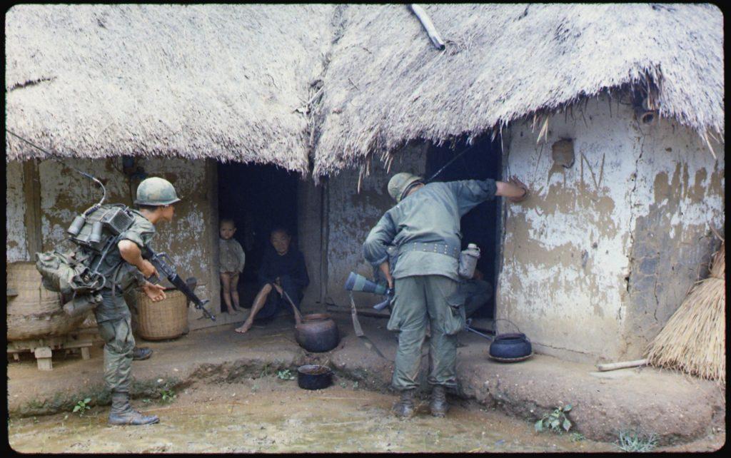 αμερικάνοι στρατιώτες ψάχνουν για βιετκόνγκ